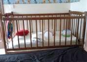 cama de madeira  maciça castanha e cama de viagem pré natal
