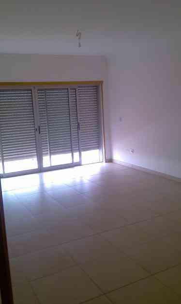 T2 Novo, cozinha equipada, 4 roupeiros, boa varanda, 2 wc. Bom preço. 3ºandar com elevador