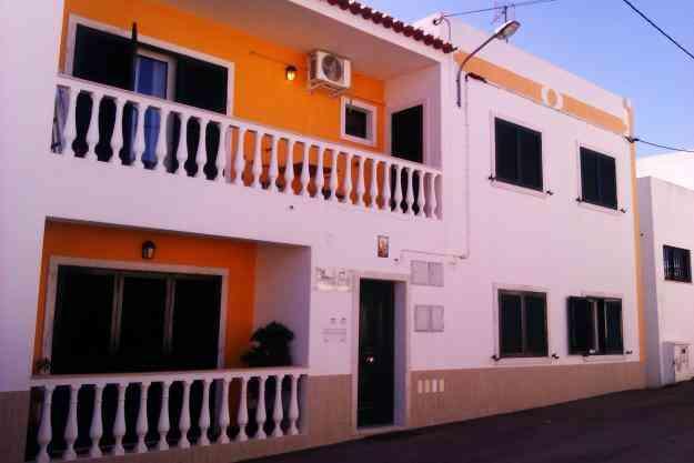 Moradia dividida em 2 apartamentos T2, um rc outro 1ºandar, mobilados